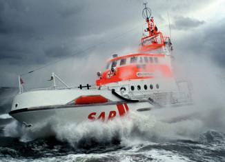 DGzRS Seenotkreuzer im Einsatz bei rauher See