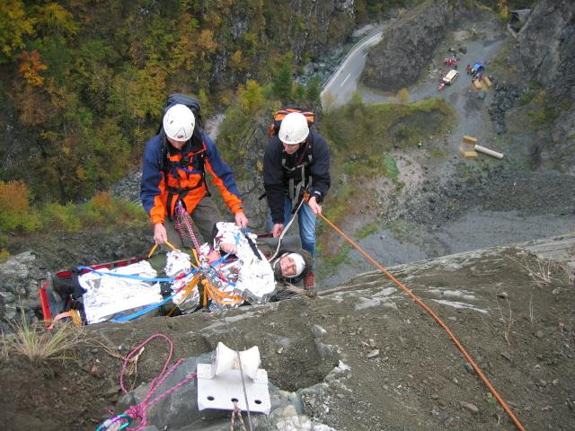 Felsrettung: Abseilen eines Patienten in der Trage - Bild: http://kaernten.bergrettung.at