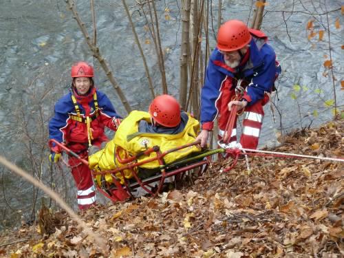 Rettung eines Verletzten aus unwegsamem Gelände mittels Gebirgstrage - Bild: www.bergwacht.de
