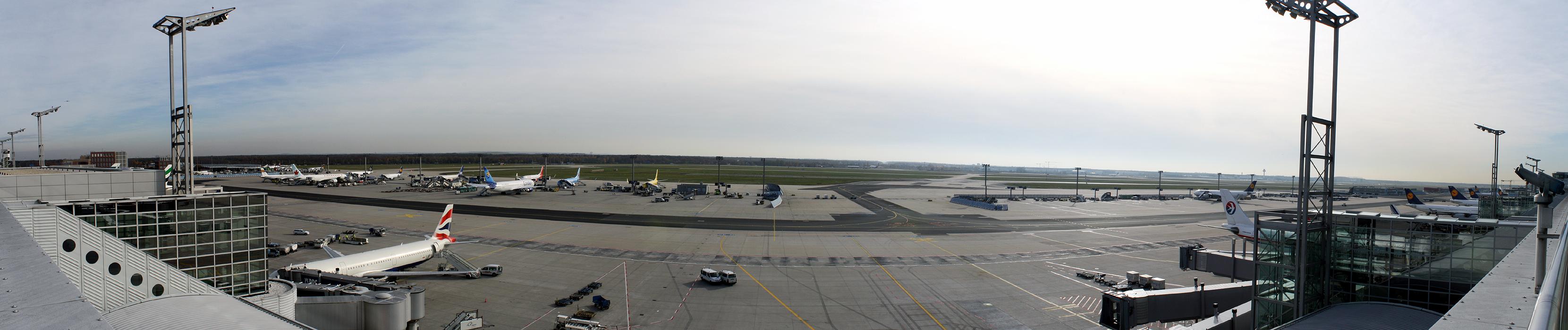 Blick von der Besucherterrasse Terminal 2 am Flughafen Frankfurt - Quelle: www.wikipedia.de