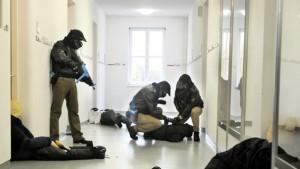 Polizei bei Amokübung in einer Schule - Quelle: www.ndr.de - Foto: dpa / picture alliance