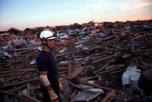 Suchtrupps durchkämmen die völlig verwüstete Kleinstadt - Quelle: FEMA News - Foto: Andrea Booher
