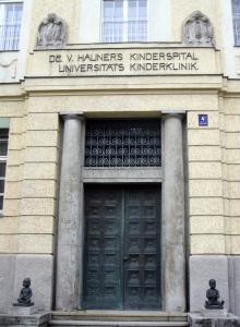 Eingang Haunersche Kinderklinik - Quelle: wikipedia