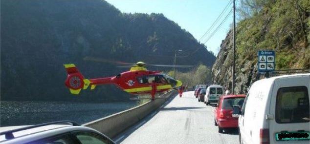Rettungshubschrauber landet auf Leitplanke