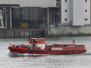 Löschboot der Feuerwehr Hamburg - Foto: Gunnar Ries  [CC-BY-SA-2.5 (http://creativecommons.org/licenses/by-sa/2.5)], via Wikimedia Commons