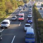 Rettungswagen durchfährt eine korrekt gebildete Rettungsgasse - Quelle: Wikimedia Commons (Creative Commons Lizenz)