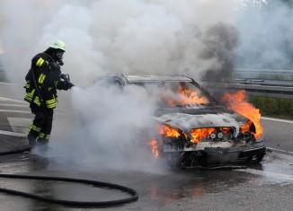 Auto brennt auf der Autobahn aus - Quelle: Einsatzfoto.net - Foto: Thomas Heckmann