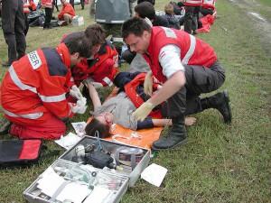 Sanitätsdienst bei der Versorgung eines Verletzten