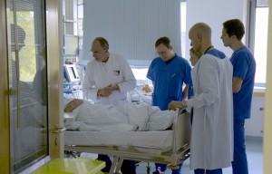 Dr. Merten am Patientenbett © lemmefilm