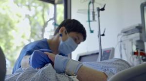 Pflegerin bei der Arbeit© lemmefilm