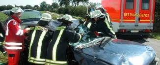 Rettungsdienst, Notarzt und Feuerwehr im Einsatz bei einem schweren Verkehrsunfall